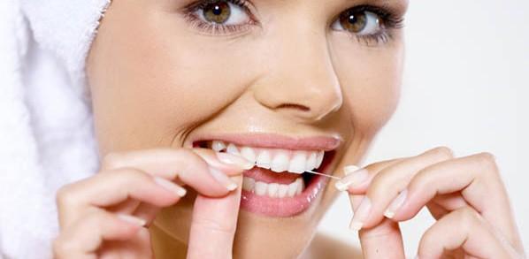 Dentistas en Castellón - Cómo y cuando usar el hilo dental para tener unos dientes sanos y fuertes