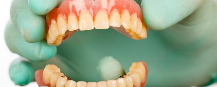 Dentistas en Castellón - Cómo cuidar la dentadura postiza removible